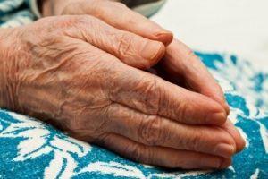 6024586-paio-di-mani-in-preghiera-una-donna-anziana-in-ginocchio[1].jpg